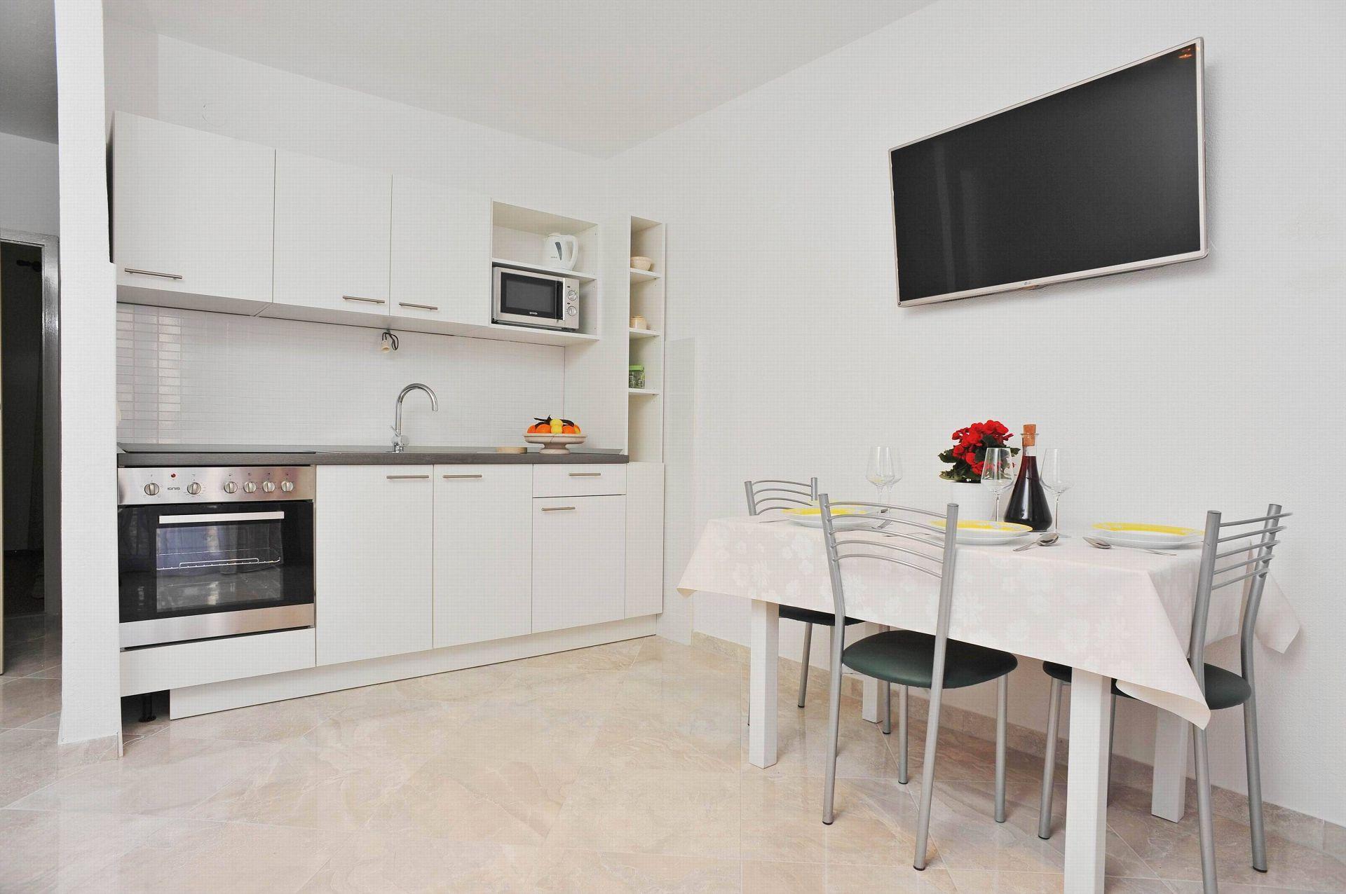 00901SUTI  - Sutivan - Appartements Croatie - A2(2+2): cuisine salle à manger